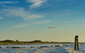 Avión llegando al Aeropuerto Marco Polo de Venecia