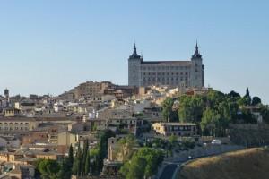Alcázar de Toledo vigilando las empinadas calles de la ciudad