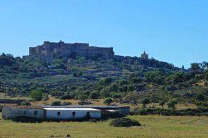 Castillo de Trujillo dominando la dehesa extremeña