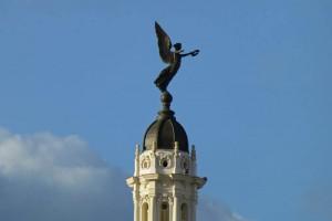 Ángel de bronce rematando una de las cúpulas del Gran Teatro de La Habana