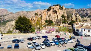 Zona de aparcamientos en la entrada de Guadalest