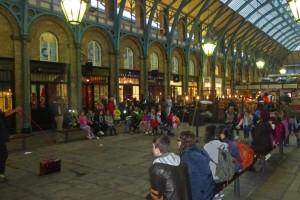 Actuación callejera en Apple Market en Covent Garden
