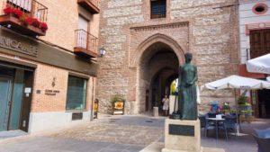 Estatua de Isabel la Católica frente al Arco de Alcocer