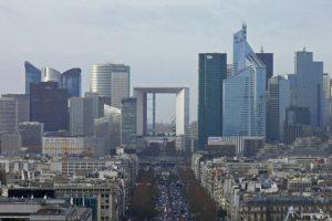 Arco de la Defensa en medio de los rascacielos de París