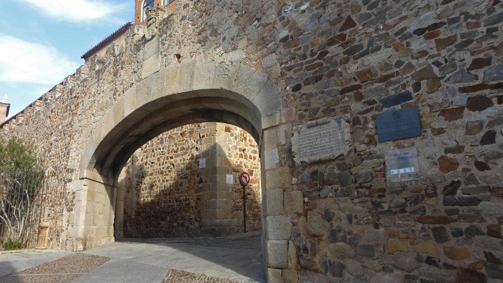 Arco de la Estrella desde el exterior de la muralla de Cáceres