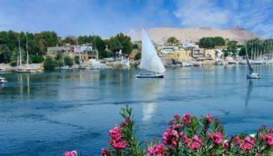 Ciudad de Asuán a orillas del río Nilo
