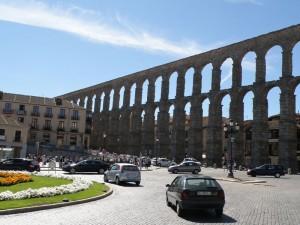 Parada de autobuses y taxis junto al Acueducto de Segovia, transporte de Segovia