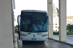 Autobús recogiendo turistas en la puerta de un hotel de La Habana, cómo llegar a La Habana