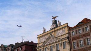 Avión sobrevolando Poznan