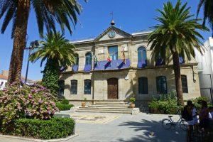 Ayuntamiento de Belalcázar adornado para las fiestas patronales