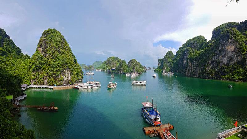 Barcos entre las islas de la Bahía de Halong