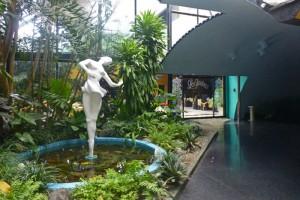Escultura de una bailarina, el símbolo del Cabaret Tropicana en La Habana
