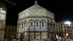 Vista nocturna del Baptisterio de Florencia