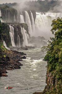 Barco dirigiéndose a las Cataratas de Iguazú