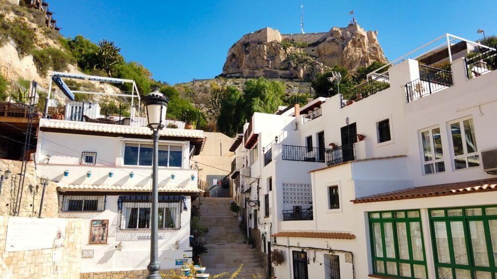 Barrio de Santa Cruz a los pies del Castillo de Santa Bárbara