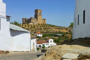 Castillo de Belalcázar asomando entre las calles de la localidad