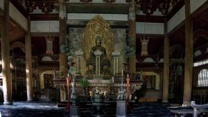 Imagen de Buda Gautama en el interior del Butsuden del templo Daitokuji