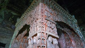 Estructura tallada con cientos de imágenes de Buda en las Grutas de Yungang