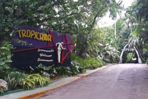 Cartel de bienvenida a la entrada al Cabaret Tropicana en La Habana