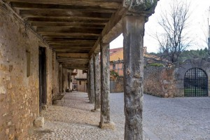 Soportales de madera sujetando las tradicionales casas de Calatañazor