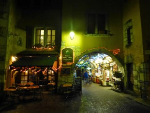 Calles medievales de Annecy, con pequeños pasadizos ocupados por tiendas y restaurantes