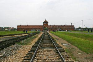 Entrada de trenes al Campo de Exterminio de Birkenau o Auschwitz II