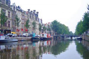 Casas flotantes en los canales de Ámsterdam