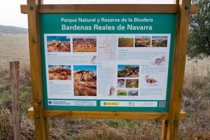 Cartel informativo en el Parque Natural de las Bardenas Reales