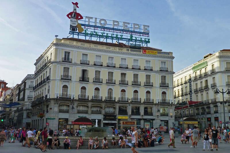 Cartel del Tío Pepe sobre el Hotel París en la Puerta del Sol de Madrid