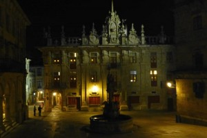 Vista nocturna de la Casa del Cabildo y la Plaza de las Platerías