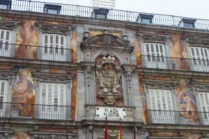Detalles de los frescos y el escudo de la Casa de la Panadería en la Plaza Mayor de Madrid