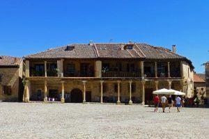 Edificio tradicional castellano en la Plaza Mayor de Pedraza