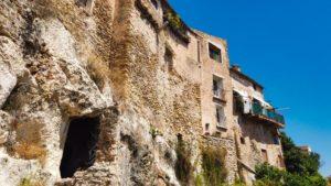 Vistas de los apiñados edificios de Bocairente desde la Ruta Mágica