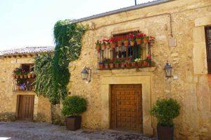 Los balcones de las casas de Pedraza cambian las flores por las velas durante las Noches de las Velas