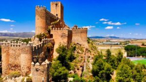 Forma irregular del Castillo de Almansa sobre el Cerro del Águila