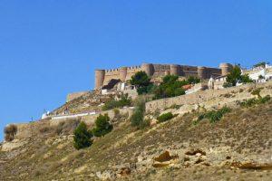Castillo de Chinchilla de Montearagón sobre un cerro dominando la llanura manchega