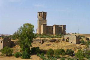 Restos de la muralla de origen árabe rodeando el Castillo de Belalcázar
