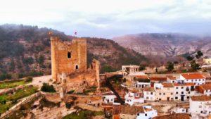 Castillo de Alcalá del Júcar en lo alto del conjunto urbano