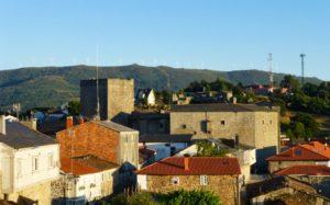 Castillo de Castro Caldelas en mitad del casco histórico