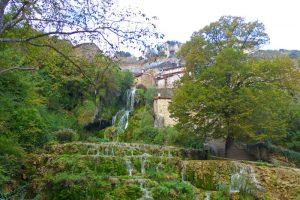 Cascada de Orbaneja del Castillo entre las casas populares
