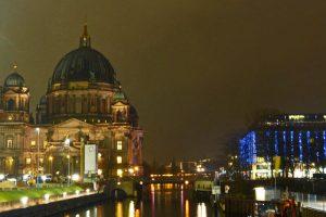 Vista nocturna de la Catedral de Berlín