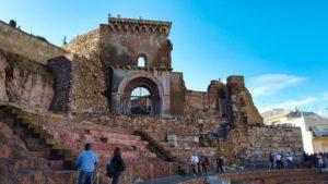 Antigua Catedral de Cartagena entre las ruinas del Teatro Romano