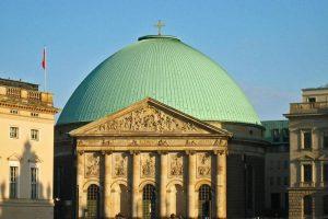 Catedral de Santa Eduvigis, uno de los principales edificios religiosos de Berlín