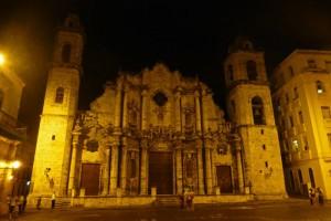 Vista nocturna de la Catedral de La Habana