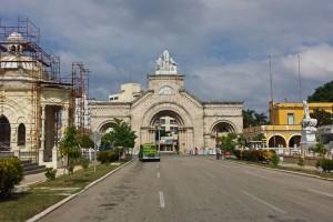 Entrada principal al Cementerio de Colón en La Habana