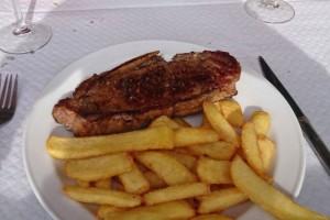 Chuletón de ternera pirenaica, uno de los platos típicos de la gastronomía de Aínsa