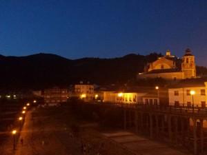 Vista nocturna de la Colegiata de Santa María de Cluny