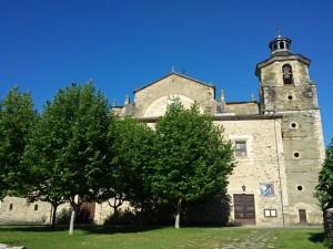 Fachada principal de la Colegiata de Santa María de Cluny en Villafranca del Bierzo