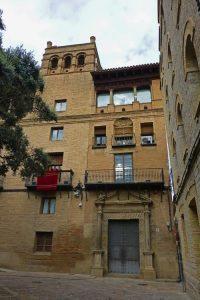 Colegio de Santiago junto al Ayuntamiento de Huesca