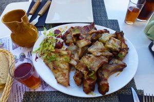 Parrillada de cerdo ibérico y vino de pitarra, delicias de la gastronomía de Plasencia